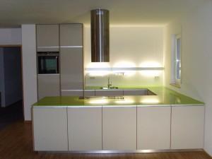 Küche mit grüner Arbeitsplatte und Linoleum Fronten
